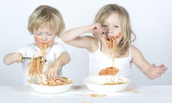 Niños-comiendo-pasta
